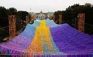 Cuelgan 120000 lazos frente a la Puerta de Brandemburgo para conmemorar el 30º aniversario de la caída del Muro