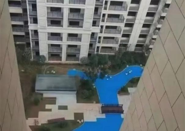 Los constructores de este edificio pusieron un falso lago de plástico en vez de uno real, y los propietarios se indignaron