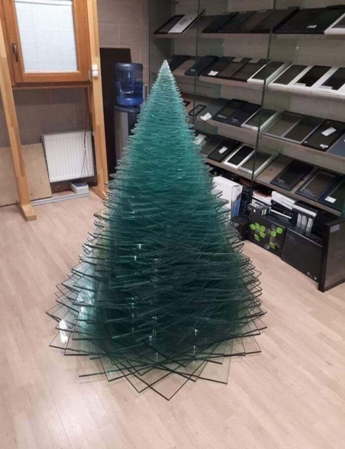Zamestnanci v Tech Store robia z listov skla vianočný stromček