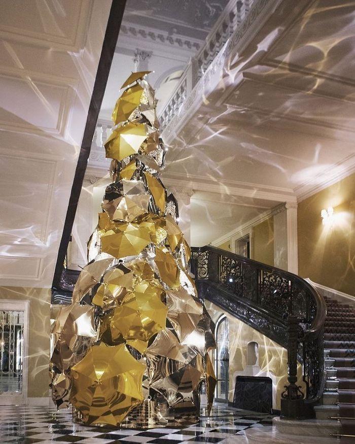 Vianočný strom hotela Claridge vyrobený zo 100 slnečníkov