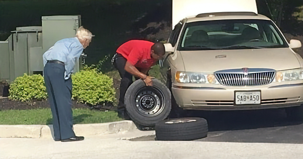 Chick-Fil-A Manager Drops His Work To Help 96 Y.O. WWII Veteran That Was In Tears About A Flat Tire