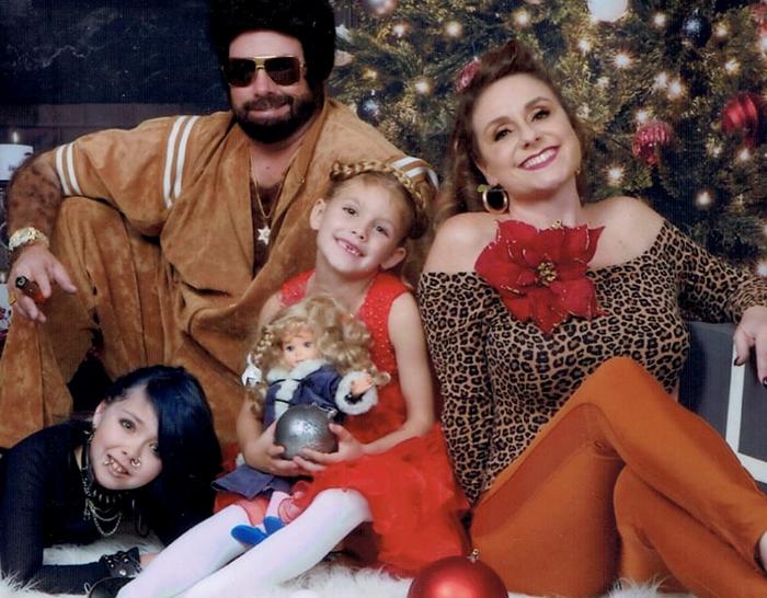 Una familia envía las felicitaciones de Navidad más embarazosas durante 17 años y son muy divertidas (Nueva imagen)