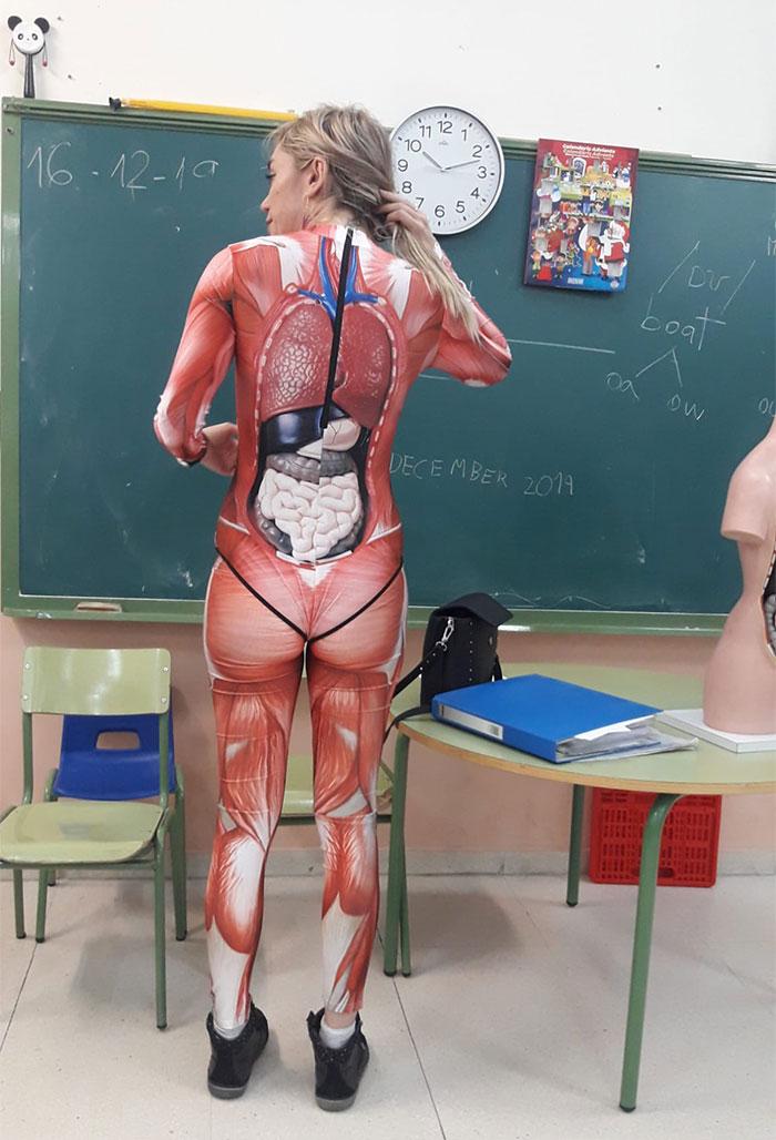 Esta profesora dio clase de anatomía usando un body que muestra el cuerpo humano de forma muy detallada