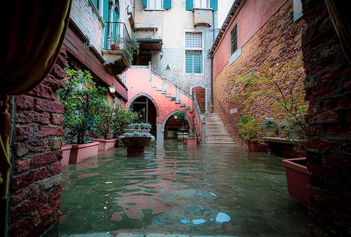 Esta fotógrafa pasó todo un día en Venecia inundada, captando lo distinta que parece (19 fotos)