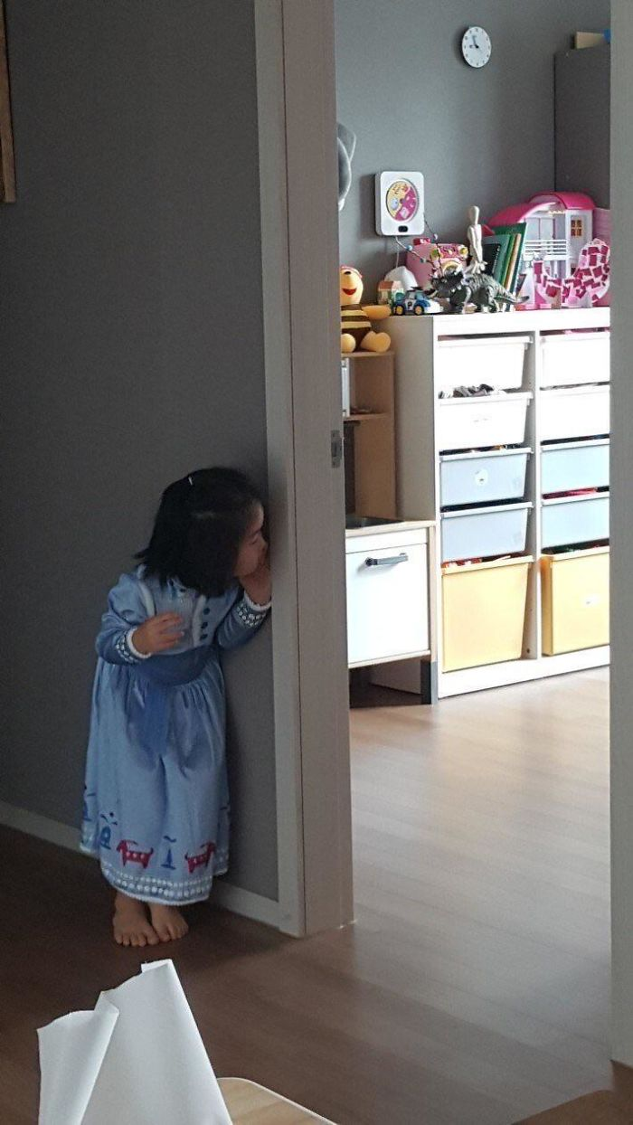 """Ever Since My Niece Saw Toy Story, She Shouts """"I'm Leaving!"""" And Then Peeks At Her Room Like This"""