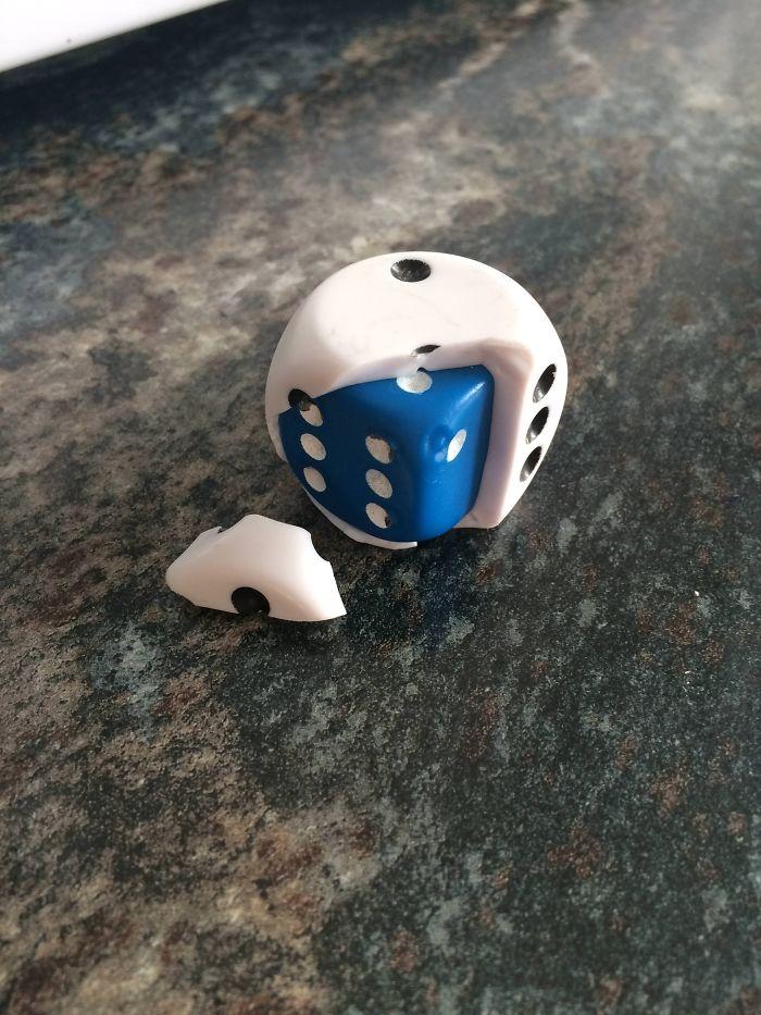 El fabricante de dados puso un dado dentro del primero por si se rompía