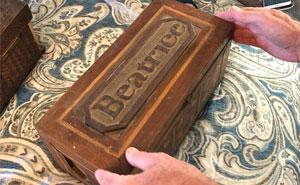"""Un ladrón de bancos escondió algo en unas """"cajas misteriosas"""", y 100 años después son abiertas por su bisnieto"""