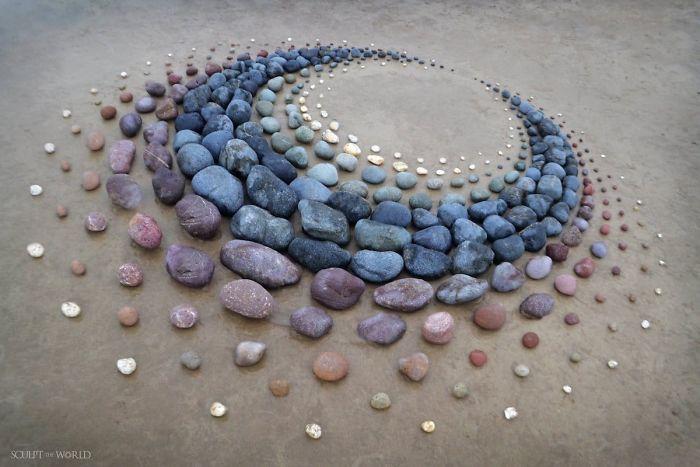 Umjetnik namješta kamenje u zadivljujućim oblilcima na plaži (30 slika)