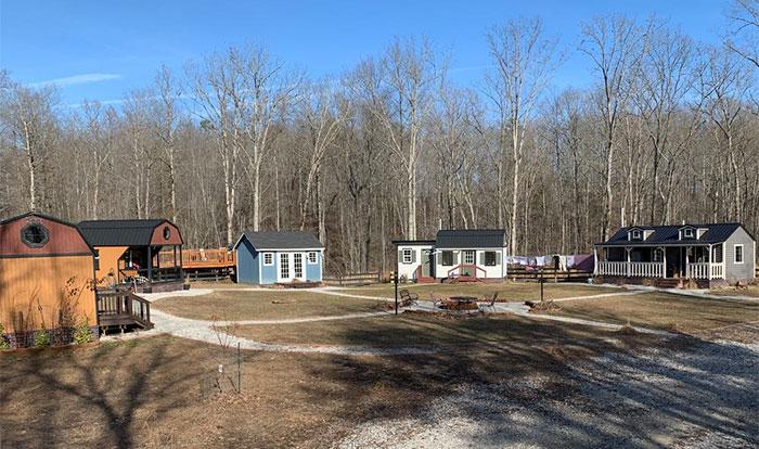 Esta familia construyó una pequeña aldea privada con casitas para sus hijos adolescentes, y enseñan cómo son por dentro