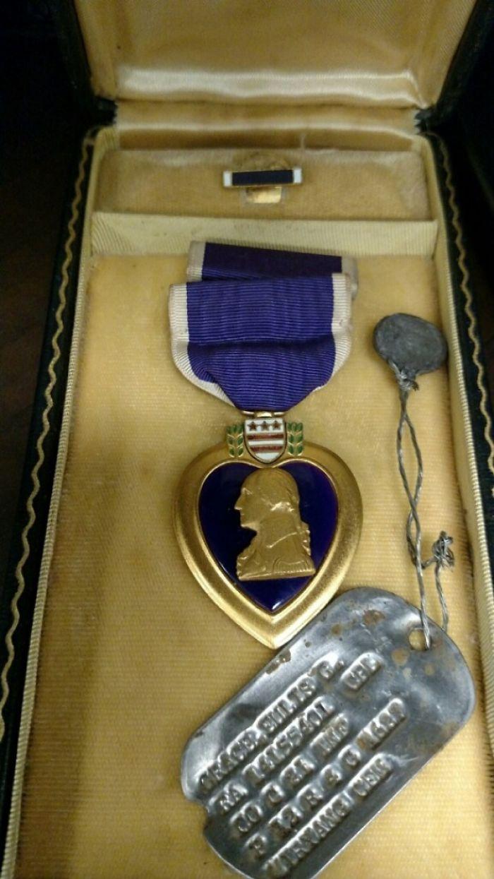 """Una pareja encontró el corazón púrpura de mi abuelo y lo devolvió a mi familia. Estaba en una caja que ponía """"basura"""", en una casa embargada"""