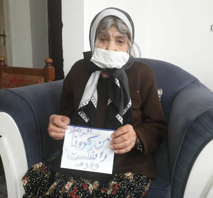"This 103 Year Old Iranian Women Beat The The Corona Virus And Was Allowed To Go Back Home! She's Holding A Piece Of Paper Saying ""I Defeated The Corona Virus"""