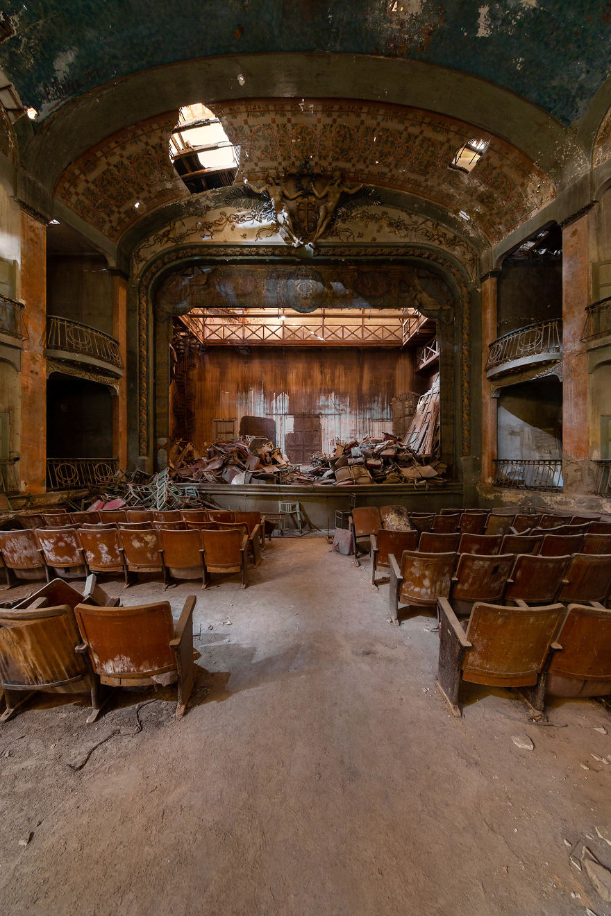 I Capture A Mysterious Theater Abandoned For Over 60 Years (6 Pics)