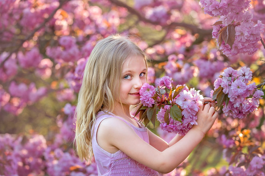 I Photograph Pregnant Women And Children In Spring Blossoms