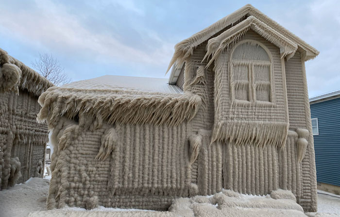 People's Homes Near Lake Erie Get Covered In Thick Ice, They Say It Looks Cool But It's A Nightmare To Live In