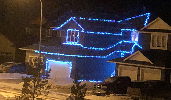 People Start Putting Their Christmas Lights Back Up, Take Social Distancing To The Next Level (23 Pics)