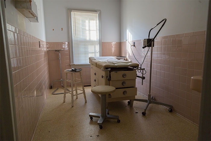 I Discovered An Abandoned Doctor's House Filled With Creepy Things (33 Pics)