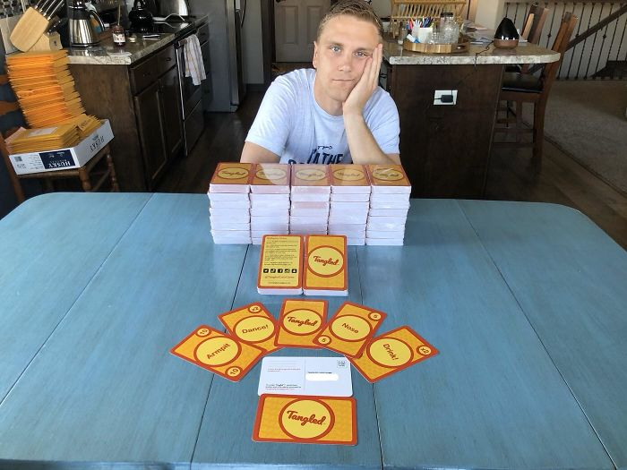 Me pasé meses creando e imprimiendo un juego de tarjetas que requiere contacto corporal, y me acaba de llegar en medio de la cuarentena