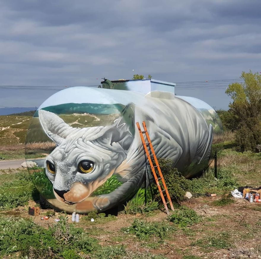 Ulični umjetnik naslikao iluziju sfinge na starom spremniku za plin