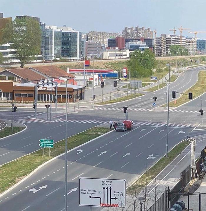 Dos coches que se chocaron en la carretera vacía en Nuevo Belgrado