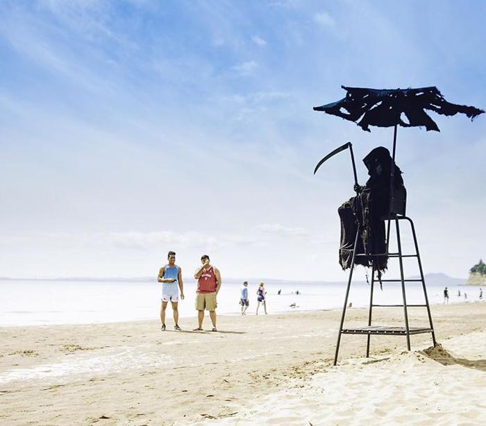 Este hombre viaja disfrazado de la Muerte por las playas de Florida que han sido abiertas de forma prematura
