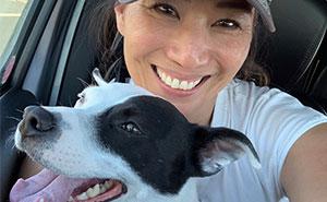 Esta mujer con miedo a los perros adoptó un perro que temía a los humanos, y floreció una conmovedora amistad