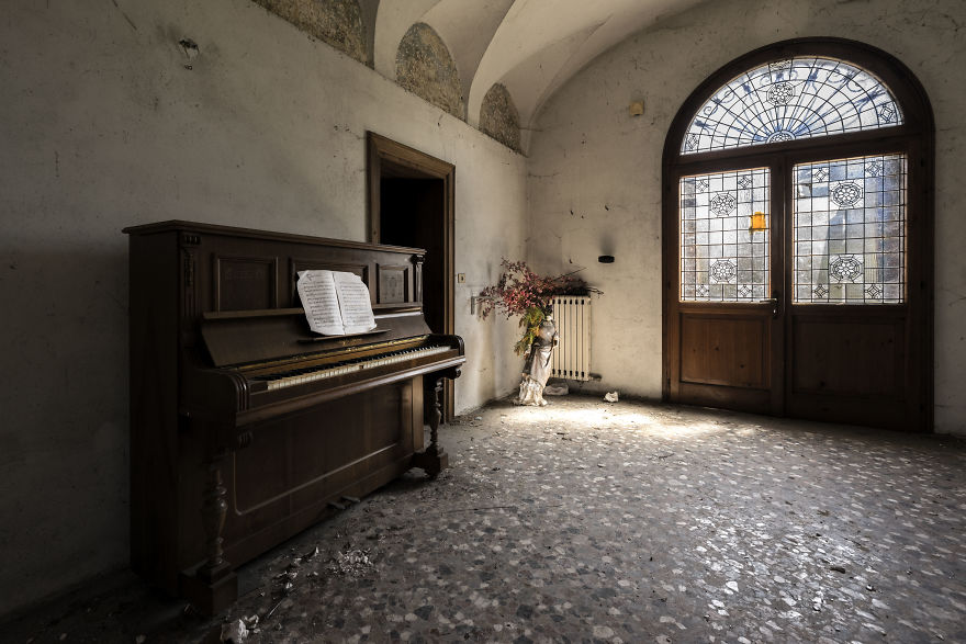I Photographed Forgotten Pianos In Abandoned Places