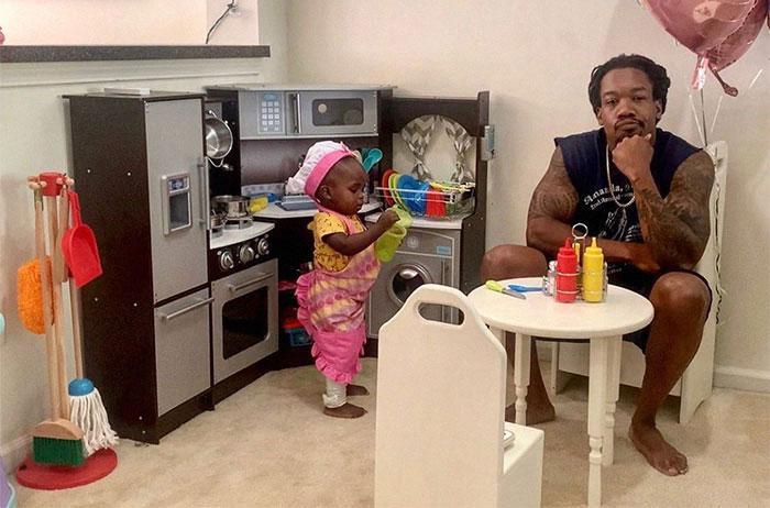 """Se vuelve viral la honesta reseña de este padre sobre el """"restaurante"""" de su hija"""