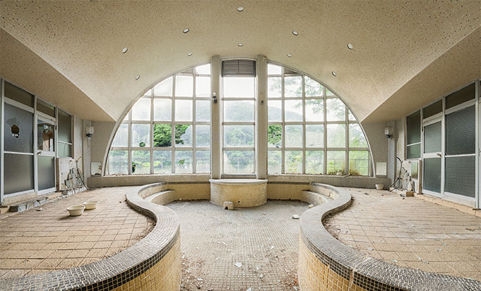 I Explored A Spa In Japan Abandoned Since The 1990s (12 Pics)