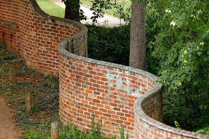 15 Fotos de muros ondulados cuya construcción requiere menos ladrillos que los rectos