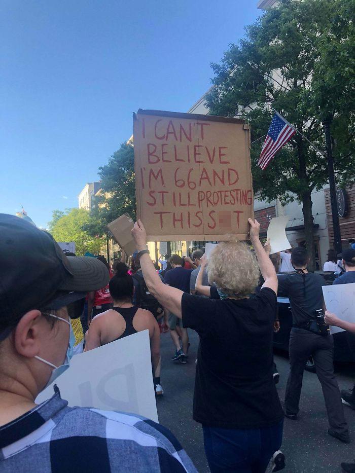 No me puedo creer que tenga 66 años y siga protestando por esta m*erda