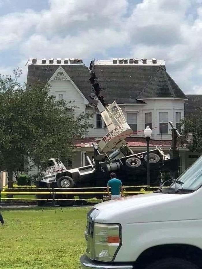 Casa dividida tras un accidente con una grua