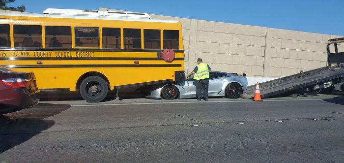 No te pegues a un autobus escolar cuando tienes un coche con el morro bajo