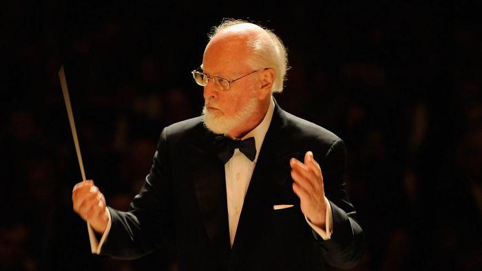 """Spielberg le enseñó la Lista de Schindler a John Williams para que compusiera la banda sonora. Williams quedó muy conmovido al verla, y le dijo que necesitaba un compositor mejor que él. Spielberg respondió """"lo sé, pero están todos muertos"""""""