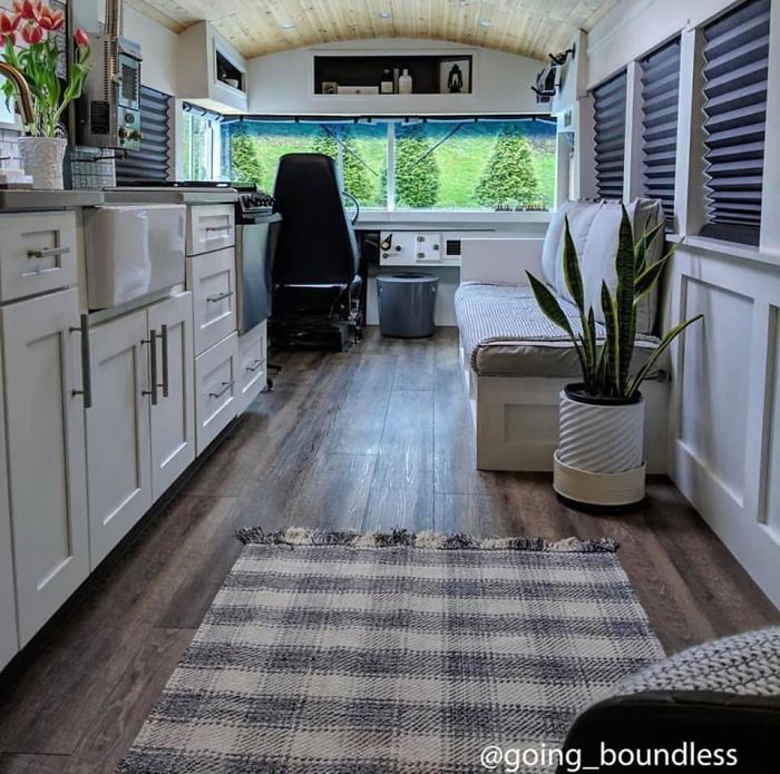 Couple Spends A Year And A Half Converting An Old '90s School Bus Into A Cozy Home, And It's Worth All The Work