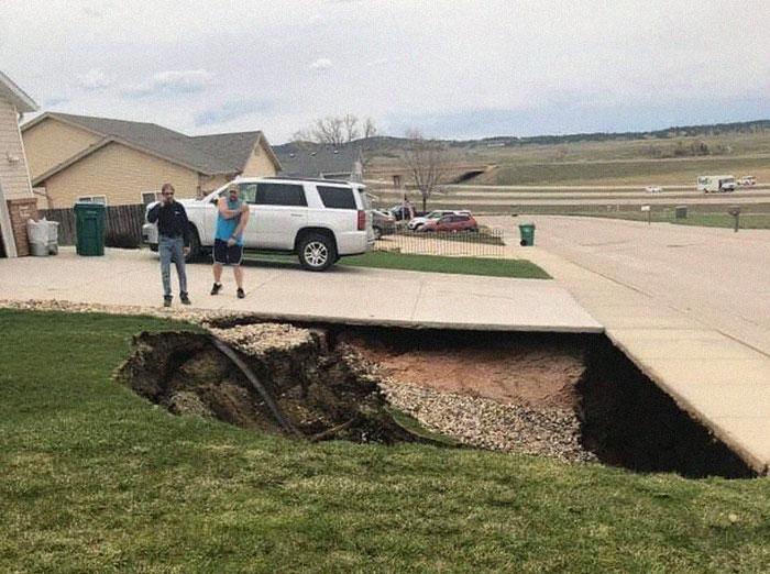 Se abre un socavón gigante en Dakota del Sur, y la gente se metió dentro a investigar
