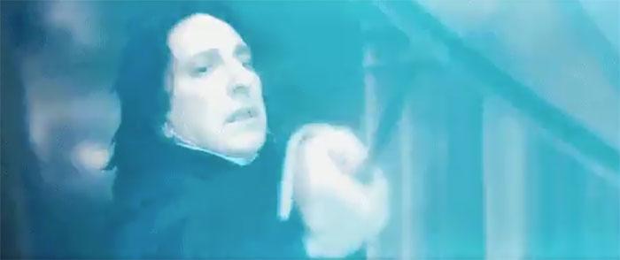 """Cuando Snape mata a Dumbledore, se ve claramente la duda en su cara. Solo lo hace cuando Dumbledore dice """"por favor"""" y aún así se le quiebra la voz"""