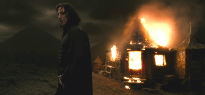 Después de que Harry grita a Snape por matar a Dumbledore y Bellatrix le tire al suelo, Snape se asegura de que los demás siguen sin él y que Harry está a salvo antes de irse.