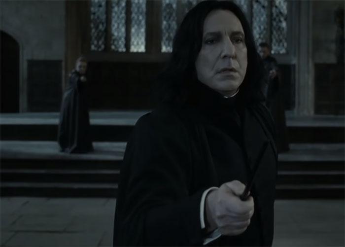 Cuando McGonagall se pone frente a Harry para luchar contra Snape, él baja su varita
