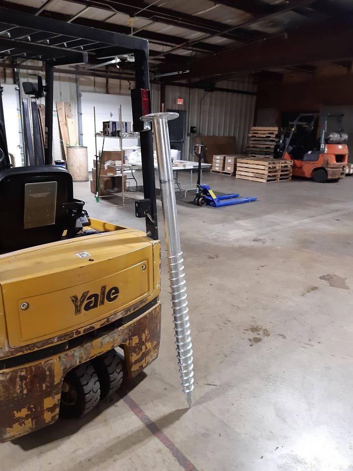 Hoy tenemos estos tornillos gigantes en el trabajo para montar los paneles solares