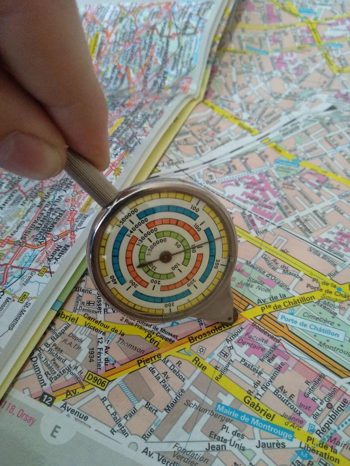 Este dispositivo se utiliza para medir longitudes en los mapas. Simplemente, pásalo por las calles que desees utilizar y te indicará la distancia