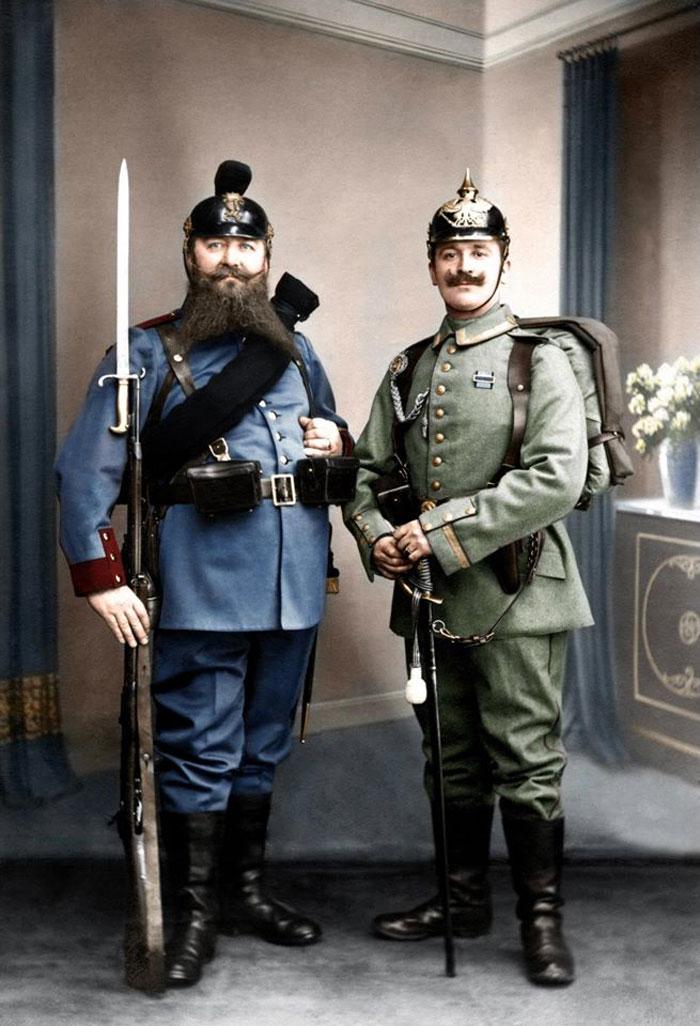 Abuelo bávaro, veterano de la guerra francoprusiana con su uniforme de 1868, y a la derecha su nieto, oficial prusiano, con el uniforme de 1913