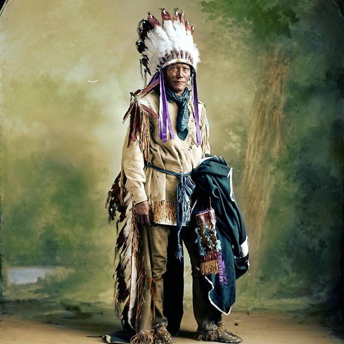 Jefe nativo americano con sus plumas