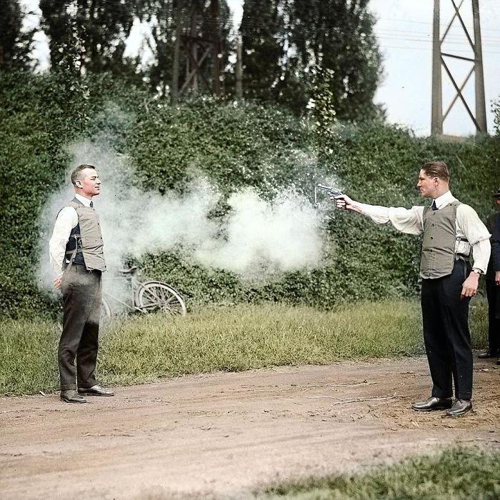 Probando un chaleco antibalas, 1920 aprox.
