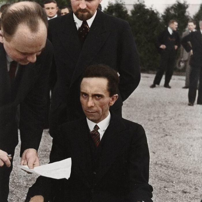 Joseph Goebbels mirando mal al fotógrafo Albert Eisenstaedt tras saber que es judío.