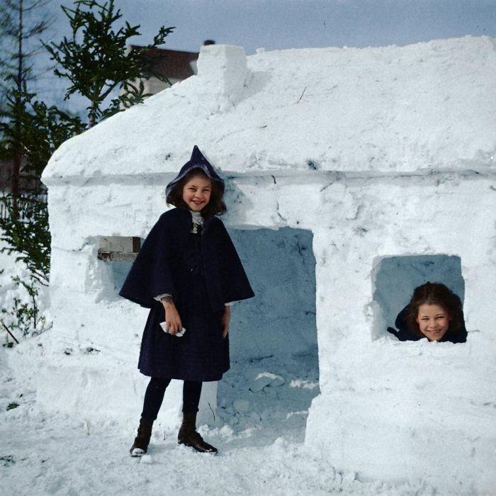 Niñas con su fuerte de nieve, 1910 aprox.