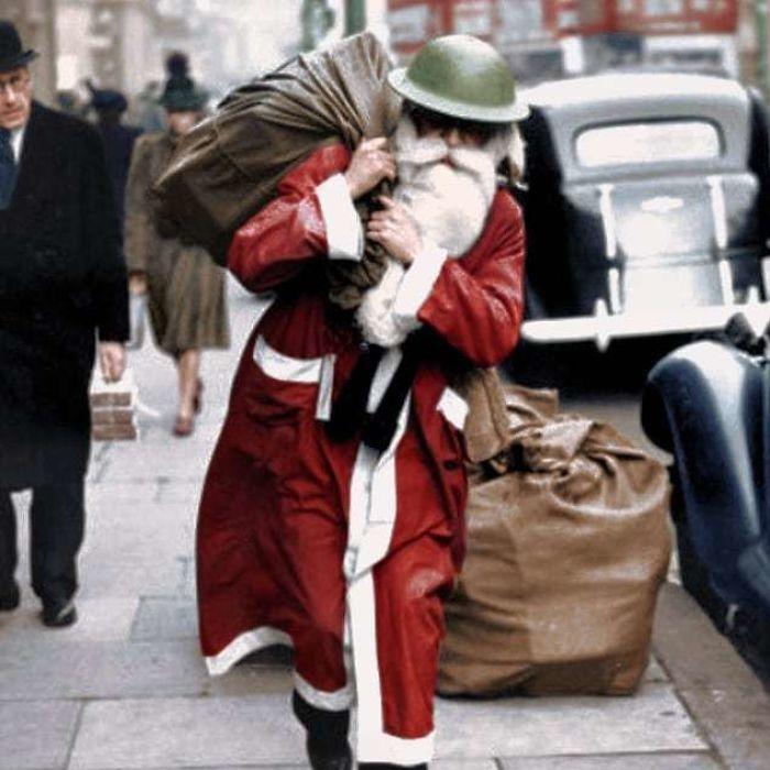 Papá Noel con un casco en la calle Regent, Londres. Revista Life, 23 de Diciembre de 1940