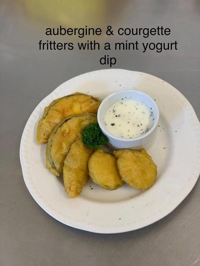 Frituras de berenjena y calabacín con salsa de yogur y menta