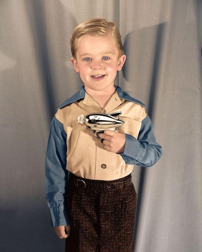 Niño enseñando su pistola de rayos, años 50