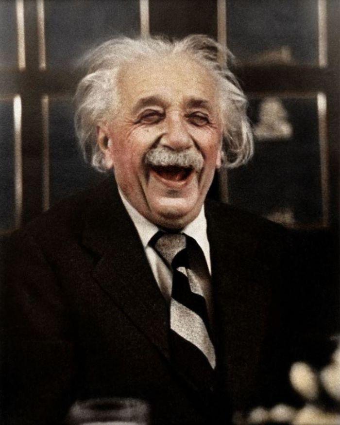 Einstein riéndose durante una fiesta