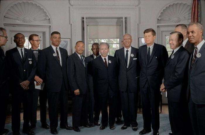 Martin Luther King saludando a John F. Kennedy y a Lyndon B. Johnson durante el movimiento por los derechos civiles